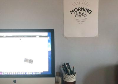 Plakat Morning Vibes na ścianie