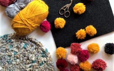 kolorowe pompony wykonane z włóczki