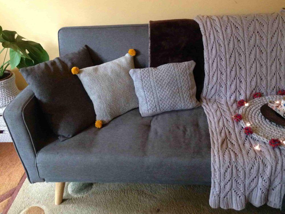sofa i ozdobne poduszki