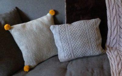 dwie szare poduszki